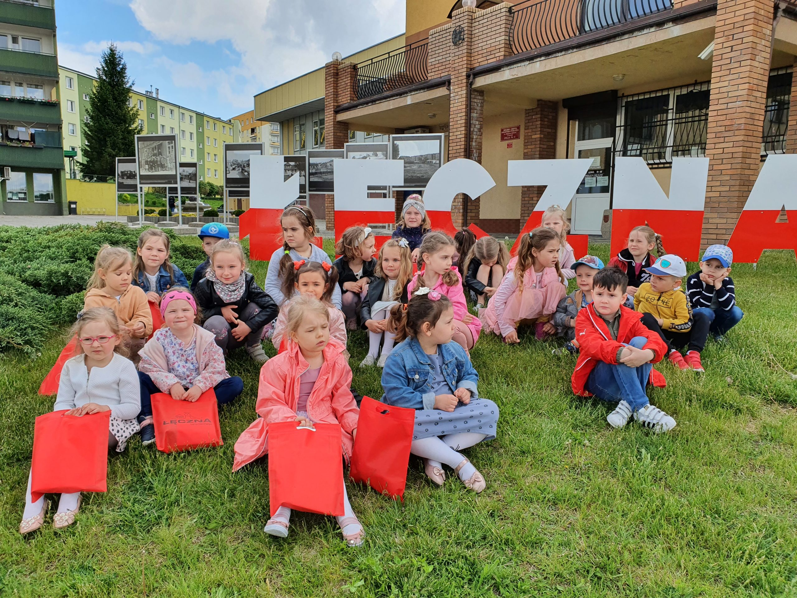 Przedszkolaki na wystawie fotografii