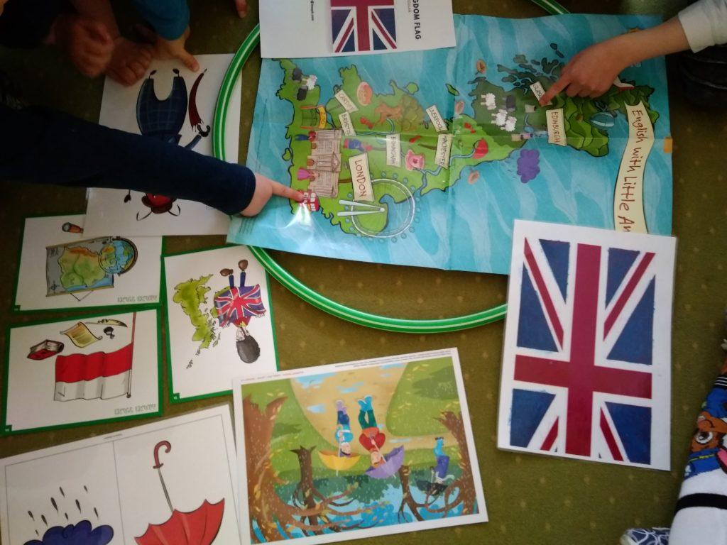 Dzieci wskazują stolicę Anglii na mapie.