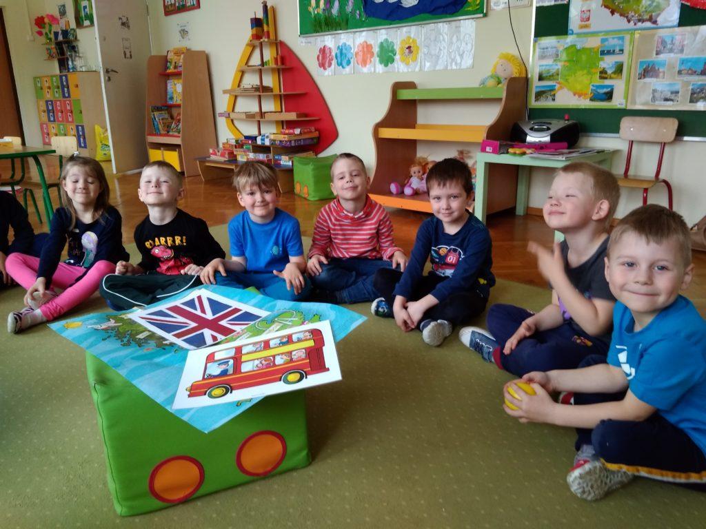 Flag and map of England. Dzieci poznają mapę i flagę Anglii.